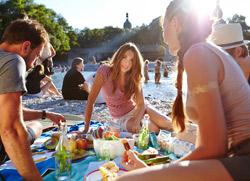 München Strand Isar Junge Menschen Picknick
