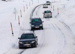 Verkehr auf verschneiter Straße